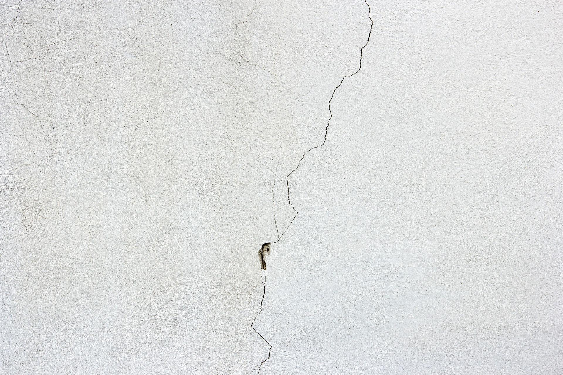 Decorator To Repair Ceiling Cracks - Handy Squad